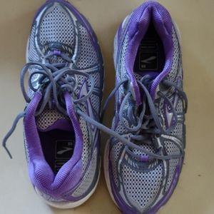 Ladies Brooks Addiction MoGo sneakers size 9 1/2